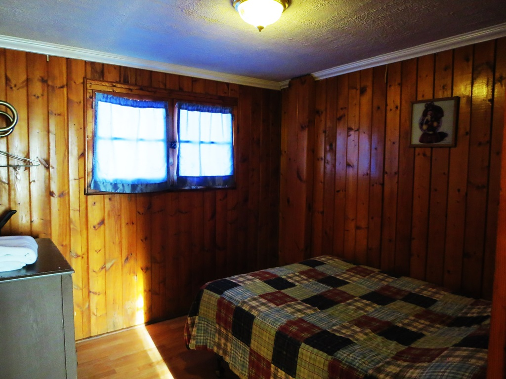 cabin6bedroom1.jpg (39228 bytes)